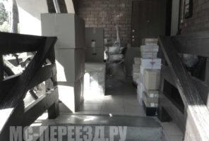 Упакованные мастерами вещи для перевозки.