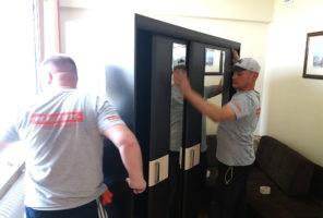 Начало разборки шкафа-купе, - снимают двери.
